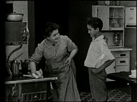 an evening at home: a film lesson in citizenship - 3 of 9 - この撮影のクリップをもっと見る 2176点の映像素材/bロール