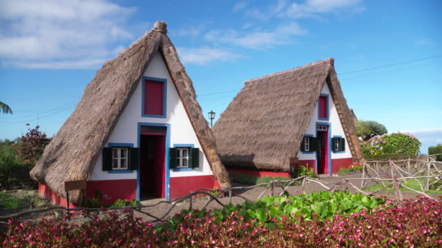 an example of the traditional madeirense home found in the municipality of santana. - tetto di paglia video stock e b–roll