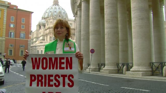 vídeos de stock e filmes b-roll de an excommunicated female priest decked out in her liturgical robes was detained by italian police for demonstrating at the vatican on thursday where... - padre