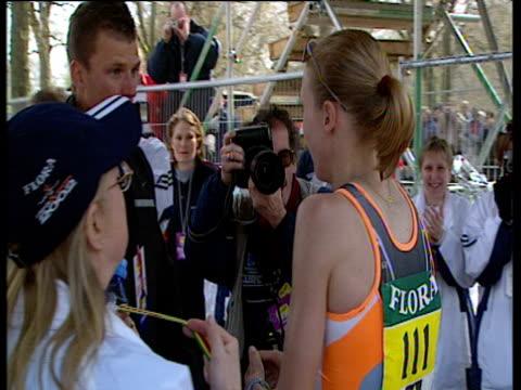 vídeos de stock, filmes e b-roll de an exhausted paula radcliffe hugs and kisses husband gary lough seconds after winning women's elite race 2002 london marathon - editorial