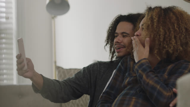 vídeos de stock, filmes e b-roll de cu of an expecting african-american couple announcing pregnancy over voice chat - love emotion