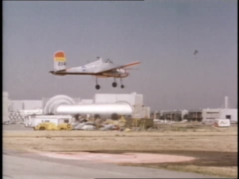 an experimental aircraft descends straight down onto a landing pad. - ヘリポート点の映像素材/bロール