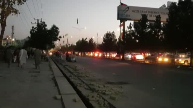 vídeos y material grabado en eventos de stock de an explosion took place outside hamid karzai international airport in the afghan capital kabul on thursday. according to an anadolu agency... - kabul
