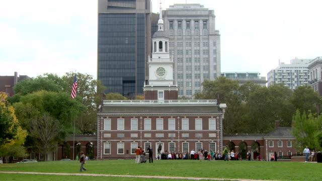 an exterior shot of independence hall in philadelphia, pennsylvania. - 独立宣言点の映像素材/bロール