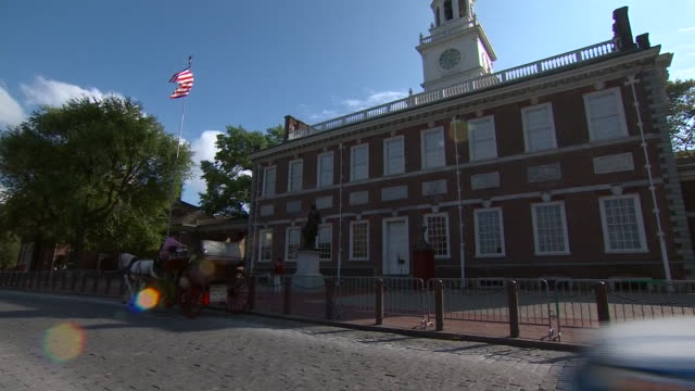 an exterior shot of independence hall in philadelphia, pennsylvania. - independence hall stock videos & royalty-free footage