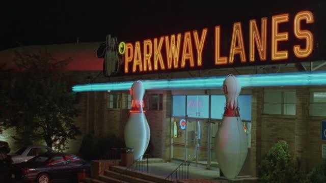 vídeos de stock, filmes e b-roll de an exterior shot of the parkway lanes bowling alley. - cancha de jogo de boliche