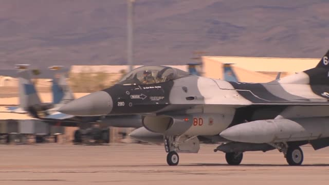 vídeos de stock, filmes e b-roll de an f16c fighting falcon assigned to the 64th aggressor squadron at nellis air force base nev taxis towards the runway for takeoff during red flag 142... - nellis air force base