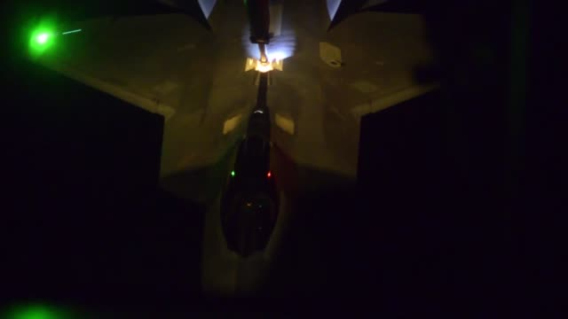 an f-22 raptor receives fuel from a kc-10 extender over the u.s. central command area of operations, while supporting air strikes in syria, sept. 27,... - ministero americano della difesa video stock e b–roll