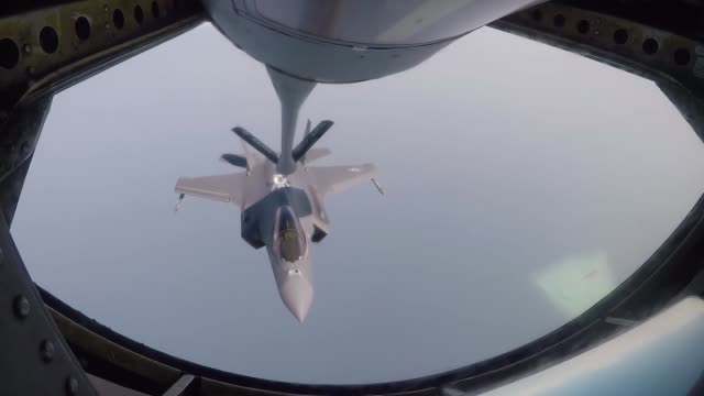 vídeos y material grabado en eventos de stock de an f-35a lightning ii conducts aerial refueling with a kc-135 stratotanker in the middle east. - avión militar
