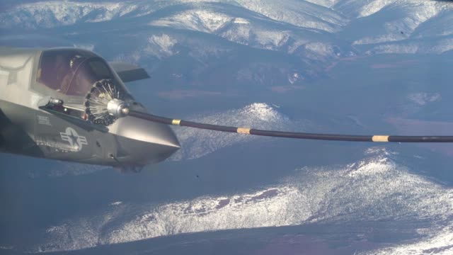 vídeos y material grabado en eventos de stock de an f-35b lightning ii conducts aerial refueling with a kc-130j hercules above alaska during exercise northern edge. - avión militar