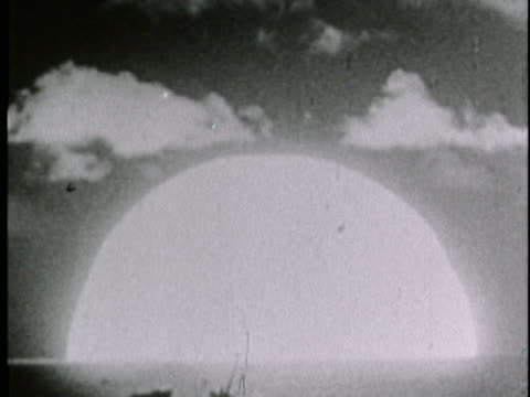 vídeos y material grabado en eventos de stock de an h-bomb creates a glowing dome as it explodes on eniwetok atoll. - bomba atómica