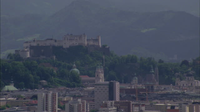 an historic building towers over an austrian city. - ウィーン点の映像素材/bロール