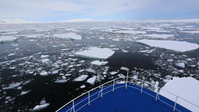 vídeos de stock, filmes e b-roll de an ice strengthened antarctic cruise ship pushing through sea ice near crystal sound and the bisoce islands on they way to wards the polar circle, antarctica. - ice crystal