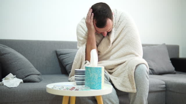 vidéos et rushes de un homme malade se trouvant dans le lit à la maison - un seul homme d'âge moyen
