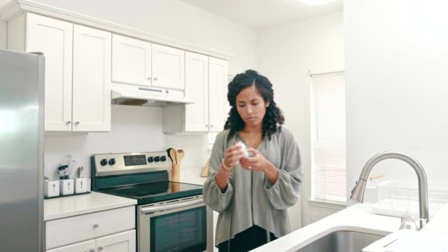 vídeos de stock e filmes b-roll de an ill mid adult woman takes prescription medication - tomada de decisão
