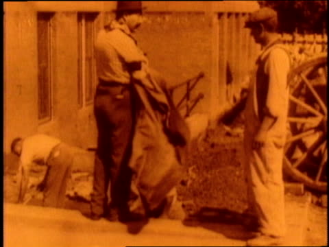 an immigrant gets a job as a construction worker - anno 1910 video stock e b–roll