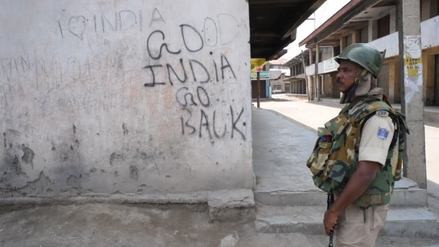an indian paramilitary trooper stands alert in front of shuttered shops during a strike on july 8 2019 in srinagar the summer capital of indian... - jammu e kashmir video stock e b–roll