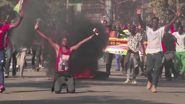 stockvideo's en b-roll-footage met an inquest into the fatal shooting of six people in post election violence in zimbabwe has squarely blamed the military and police saying the use of... - verkiezing