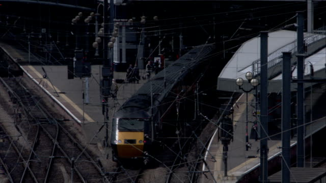 an inter-city train enters the station at newcastle. available in hd. - newcastle upon tyne inghilterra video stock e b–roll