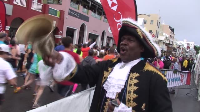 vidéos et rushes de an international field heads to bermuda for a fun filler race weekend with all the trimmings town crier encourages starters in the marathon - salmini