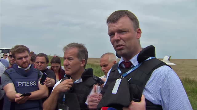 an international team of observers say armed pro-russian separatists are stopping them from having full access to the scene where malaysia airlines... - 航空事故点の映像素材/bロール