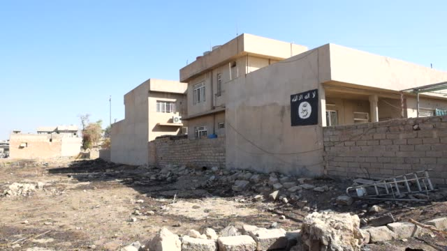 vídeos y material grabado en eventos de stock de an isis flag painted on a wall of house in bartella on october 29 2016 bartella village was liberated on 28th of october by iraqi and npu the... - isis