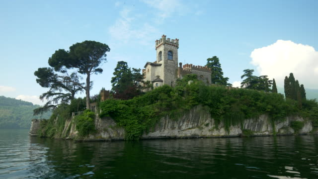 an island with a castle in an italian lake. - slow motion - perfezione video stock e b–roll