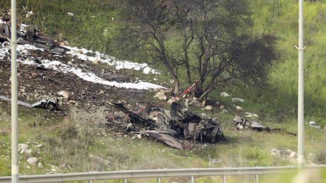 vídeos de stock, filmes e b-roll de an israeli fighter jet crashes after coming under fire from syrian air defences during attacks against iranian targets in the war torn country - air raid
