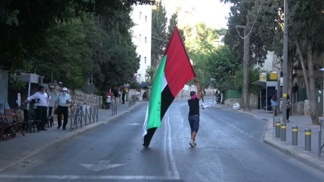 an israeli man walks with a large flag of the united arab emirates in gaza street on august 20, 2020 in jerusalem, israel. israel and the united arab... - eddie large stock videos & royalty-free footage