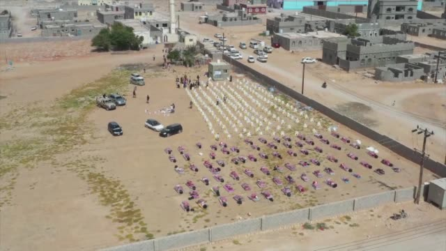 vídeos y material grabado en eventos de stock de an istanbulbased aid agency has delivered humanitarian aid to families in yemen the charity said on wednesdayaccording to a statement by the... - 2014