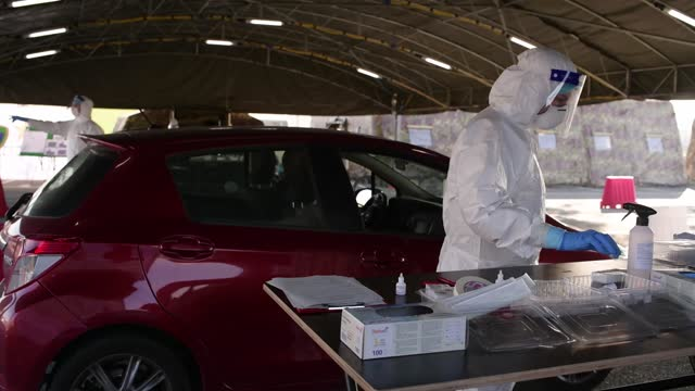 an italian military nurse prepares a swab test for people inside cars in the new drive in covid-19 pcr test facility of esercito italiano at juventus... - schulische prüfung stock-videos und b-roll-filmmaterial