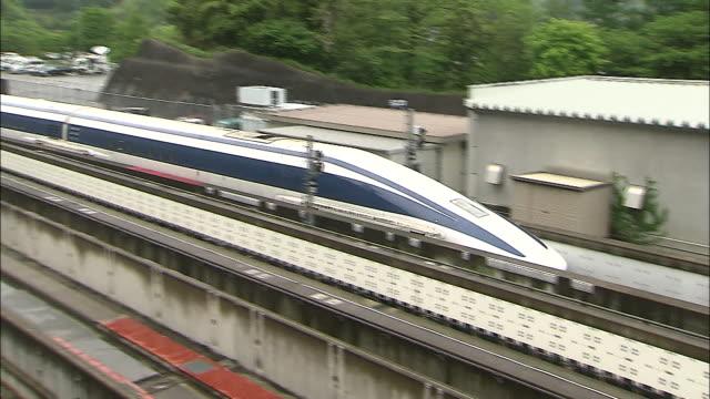 vidéos et rushes de an mlx012 linear motor car enters the platform at the maglev train test line in japan - préfecture de yamanashi