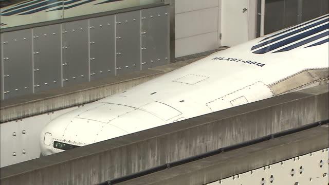 vidéos et rushes de an mlx01901a model ultra longnose linear motor car stops at the maglev train test line during experimental stages - préfecture de yamanashi