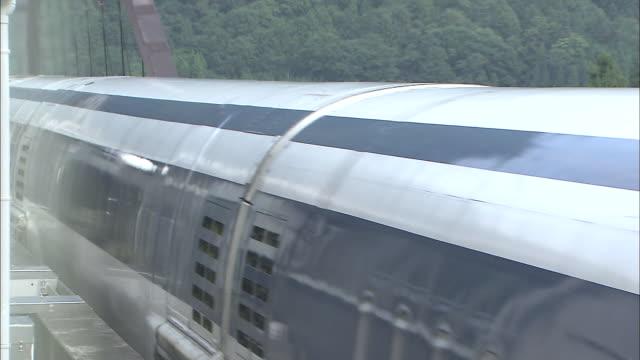 vidéos et rushes de an mlx01901a ultra longnose linear motor car runs on the maglev train test line during its experimental stages - préfecture de yamanashi