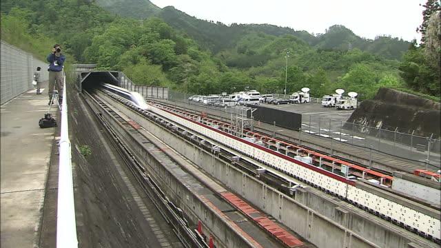 vidéos et rushes de an mlx01901a ultra longnose linear motor car speeds along the maglev train test line during its experimental stages in japan - préfecture de yamanashi