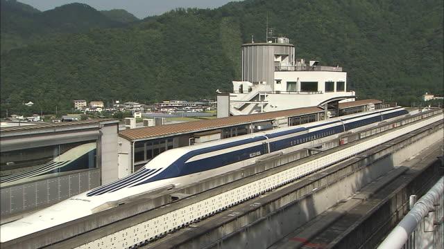 vidéos et rushes de an mlx01901a ultra longnose linear motor car travels along the maglev train test line in japan - préfecture de yamanashi