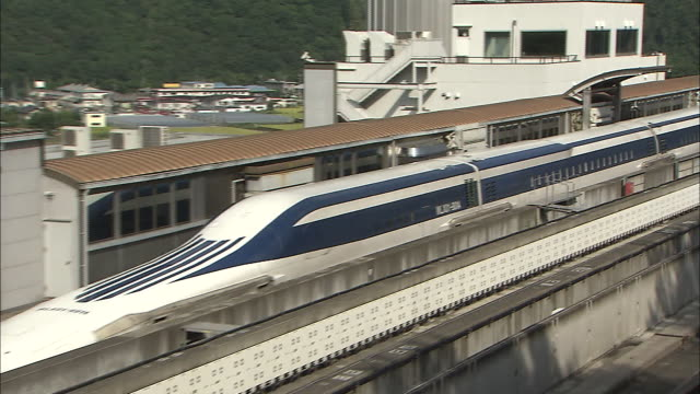 vidéos et rushes de an mlx01901a ultra longnose linear motor car waits at the platform of the maglev train test line during experimental stages - préfecture de yamanashi