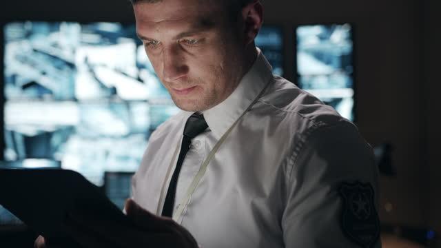 連邦特別サービスの役員は、受信したデータを非常に慎重に研究しています。彼は状況を分析し、重要な決定を下します。 - 将校点の映像素材/bロール