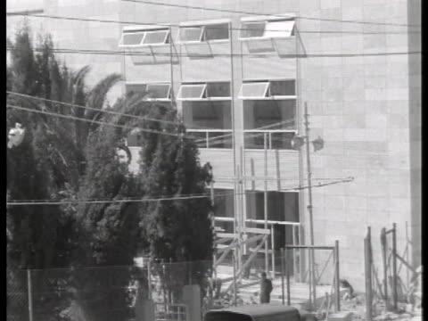 an officer walks in front of the tel aviv police station. - ゲシュタポ点の映像素材/bロール