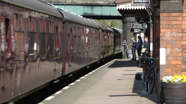 an old diesel train running at quorn and woodhouse station on the great central railway, leicestershire, uk. - レスターシャー点の映像素材/bロール