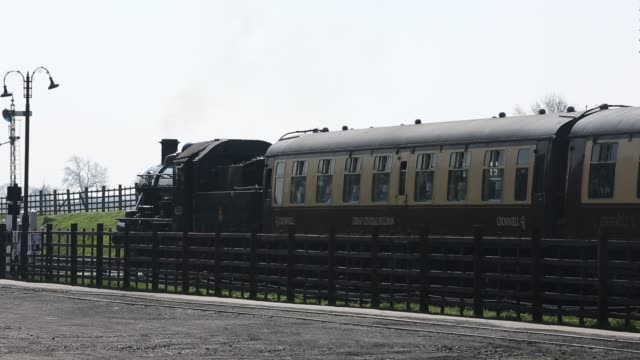 an old steam train running at quorn and woodhouse station on the great central railway, leicestershire, uk. - neunzehntes jahrhundert stock-videos und b-roll-filmmaterial