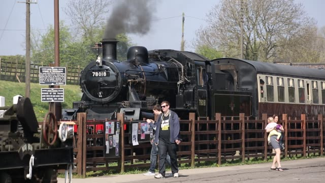 an old steam train running at quorn and woodhouse station on the great central railway, leicestershire, uk. - レスターシャー点の映像素材/bロール