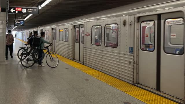 vídeos de stock, filmes e b-roll de an old subway train arrives at victoria park station part of the ttc public transport system on june 5, 2021 in toronto, ontario, canada - chegada