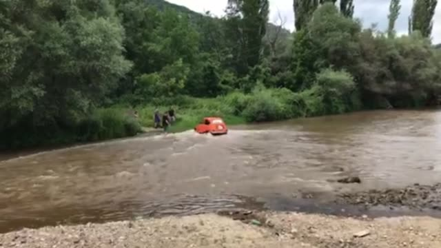 an old time fiat 500 has no problem crossing a river in this awesome footage this car has definitely stood the test of time - altri temi video stock e b–roll