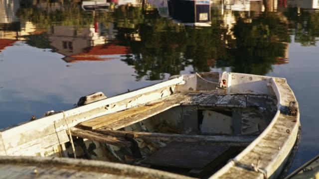 vídeos de stock e filmes b-roll de ds an old wooden boat - aldeia de pescador