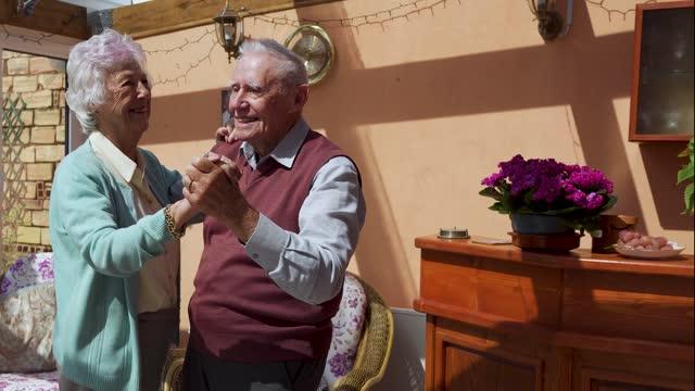 退職年の間にラウンジで踊る年上のカップル - ダンスミュージック点の映像素材/bロール