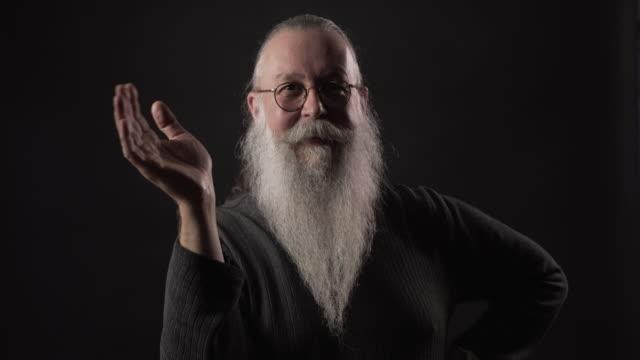 stockvideo's en b-roll-footage met an older gentleman with a long beard. - menselijke vinger