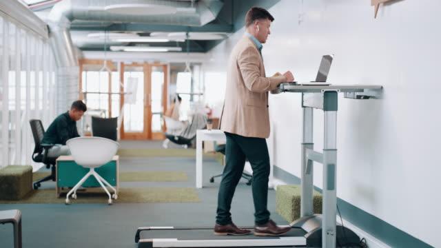 vidéos et rushes de une salle de sport sur place pour l'entrepreneur à court de temps - bien être