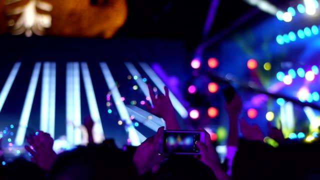 ein open-air-rock-konzert, das publikum zurück. - bühne stock-videos und b-roll-filmmaterial