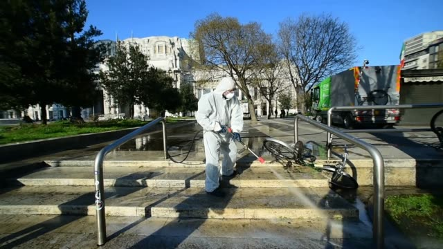 vidéos et rushes de an operator of amsa, sanitizes the square of milan central station with a sanitizing liquid during the coronavirus outbreak on march 13, 2020 in... - italie